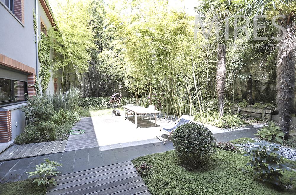 Terrasse bois, bambous et palmiers. C0402