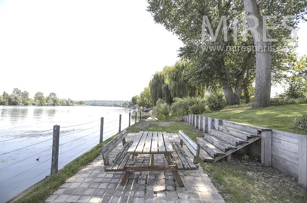 Terrasse au bord de l'eau. C0815