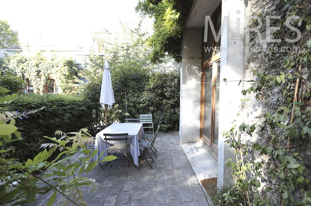 Terrasse au jardin. C1458