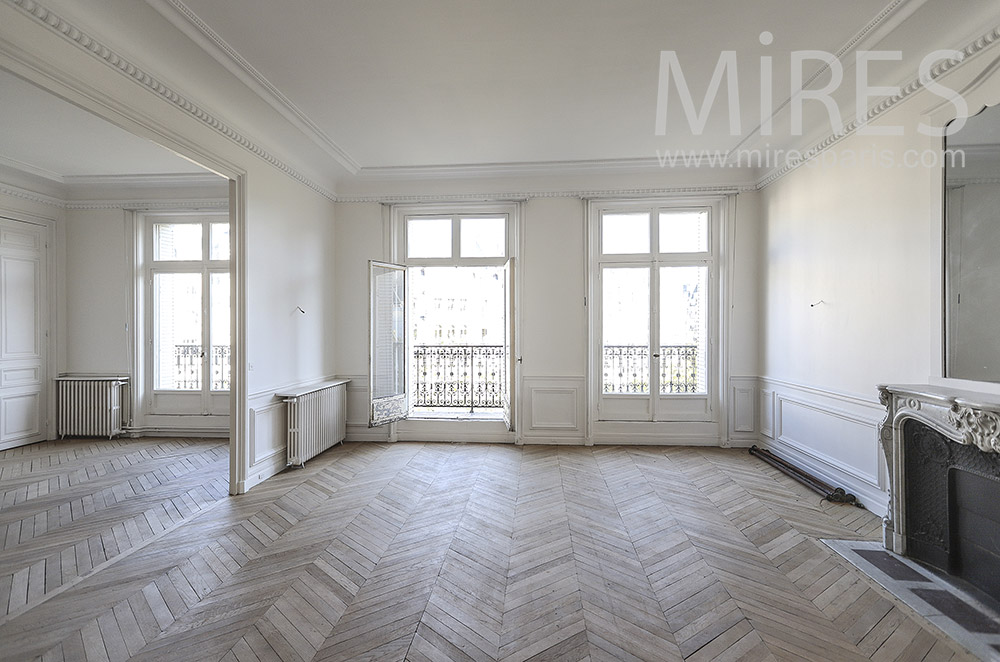 Large white living room and new parquet. C1754