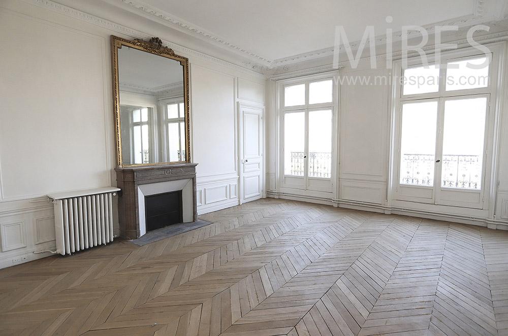 Grande chambre classique vide. C1754