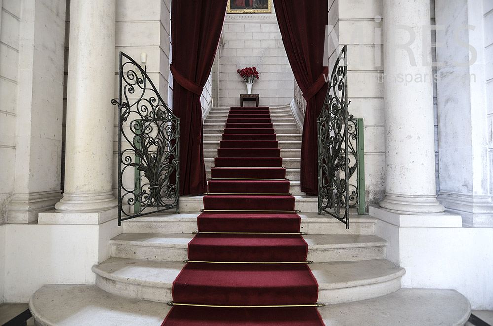 Grand escalier, tapis rouge. C0205