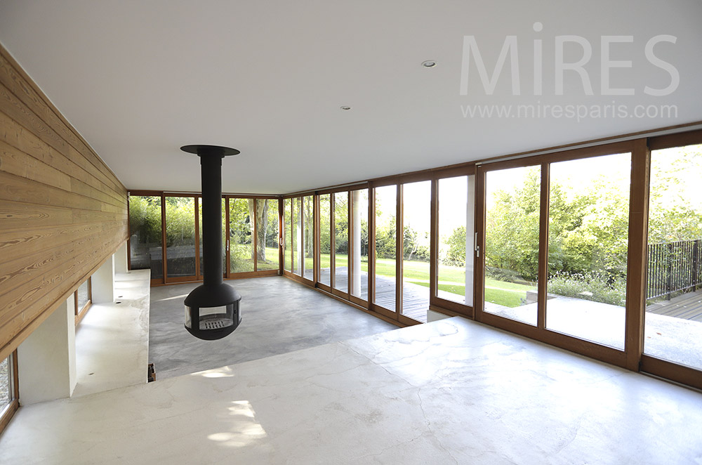 Large glazed living room on garden. C0300