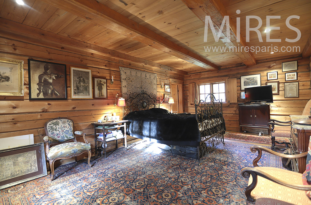 Large room and antiques. c0224