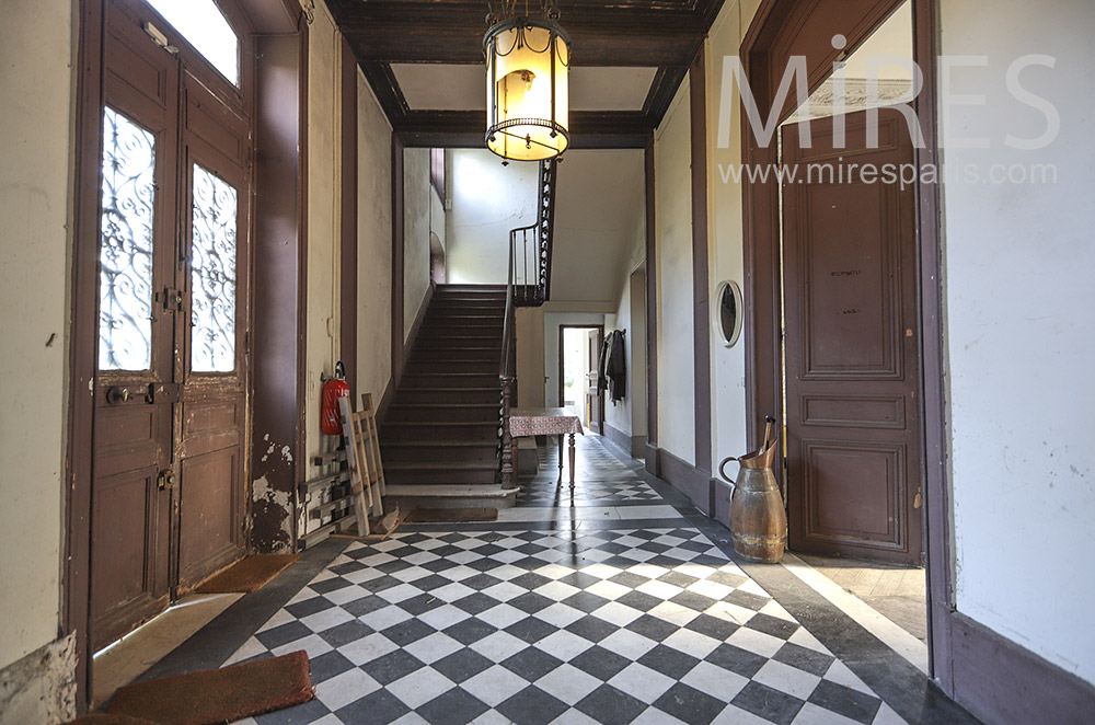 Patinated entrance, checkered floor. C0419