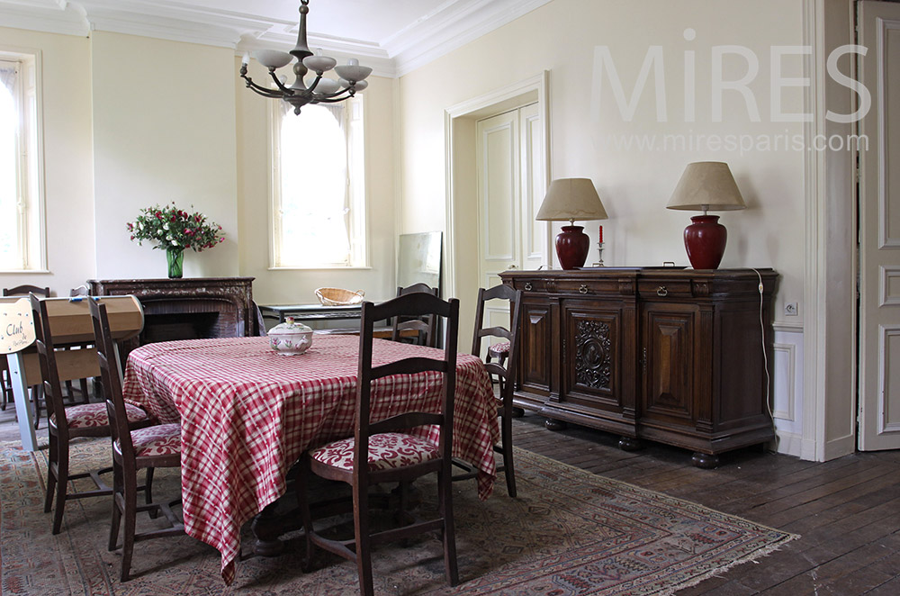 Traditional dining room. C0712