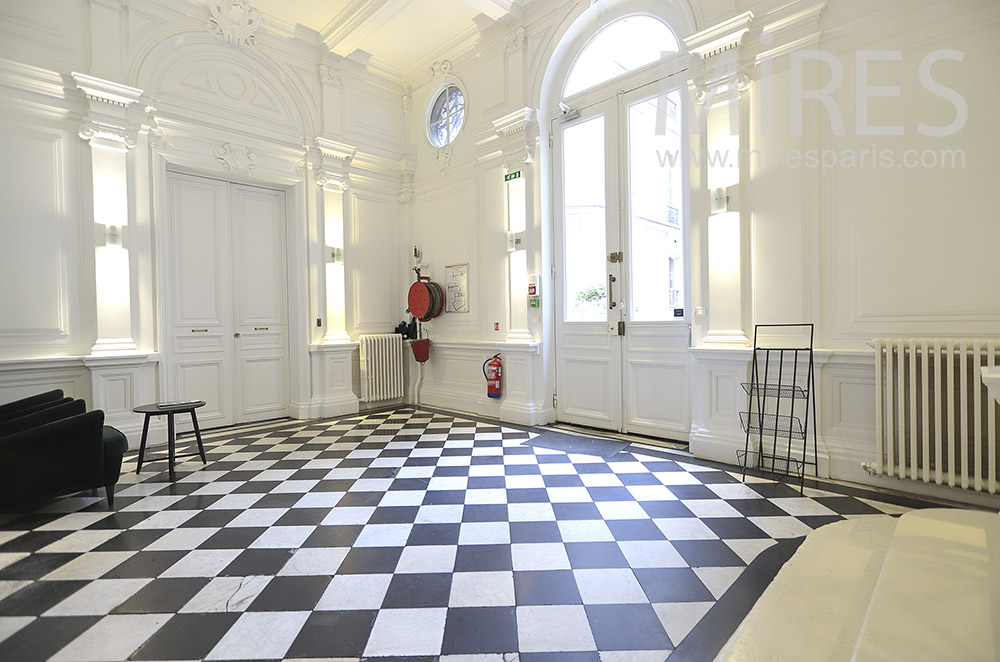 Beautiful entrance, checkered floor. C1779