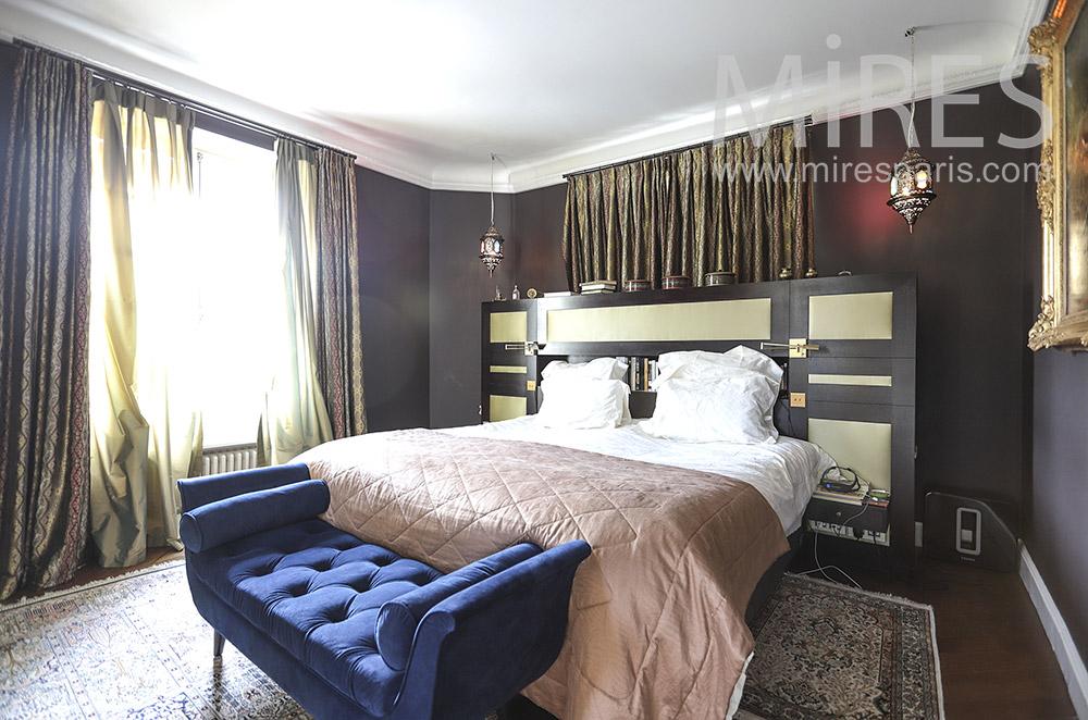 Chambre avec murs gris foncé. C0472