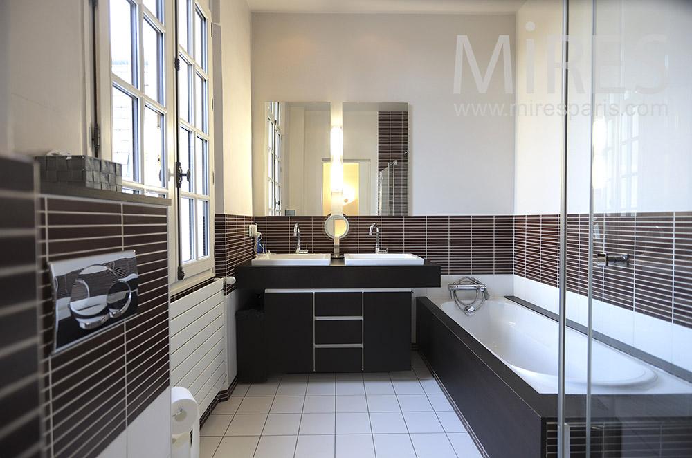 Salle de bains noire et blanche. C0472