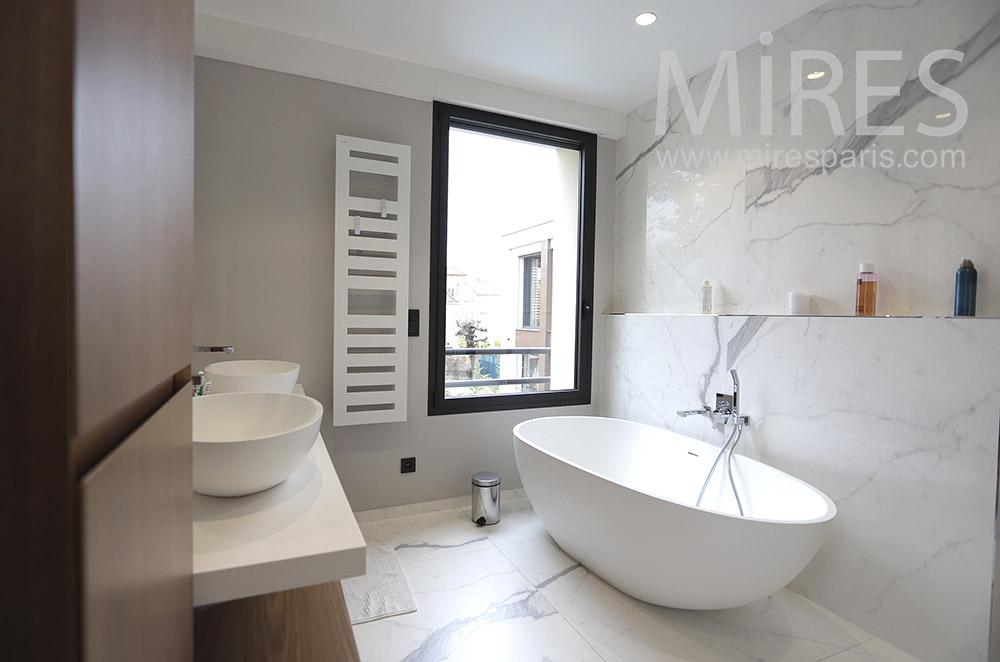 Baignoire moderne, mur et sol en marbre. C1784