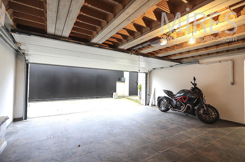 Grand garage. C1784