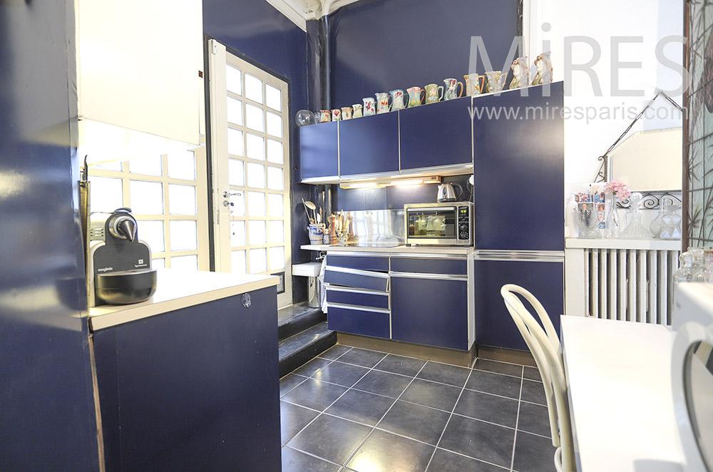 Modern kitchen, access to courtyard. C1799