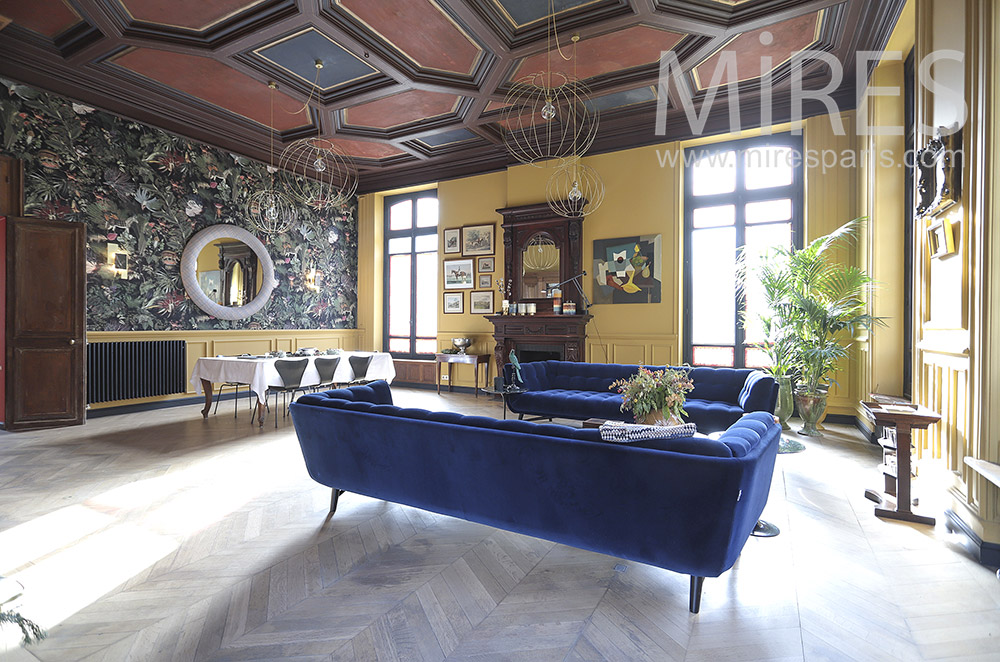 Large colorful living room. C1805