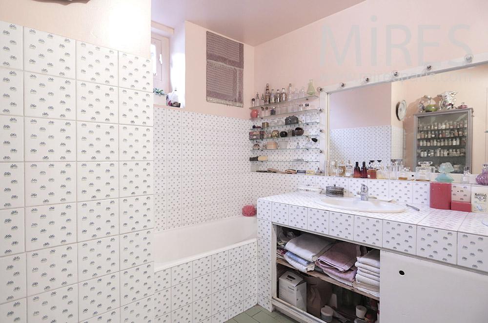 Salle de bains rose. C1809
