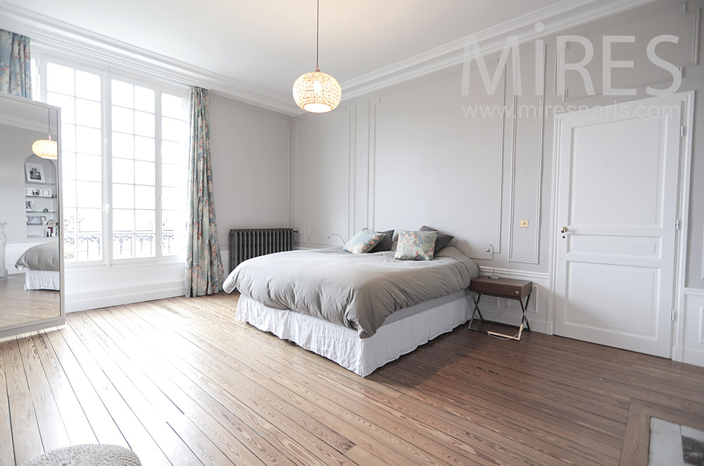 Large bedroom and beautiful parquet floors. C1810