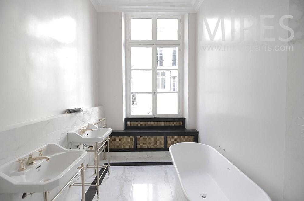 Salle de bains blanche. C1811
