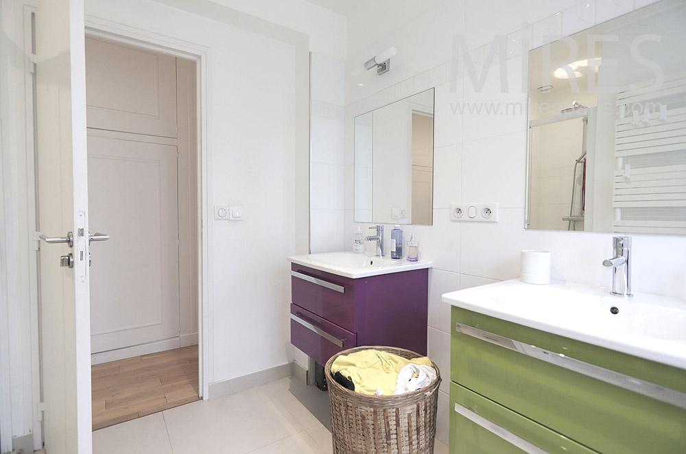 Salle de bains simple. C1812