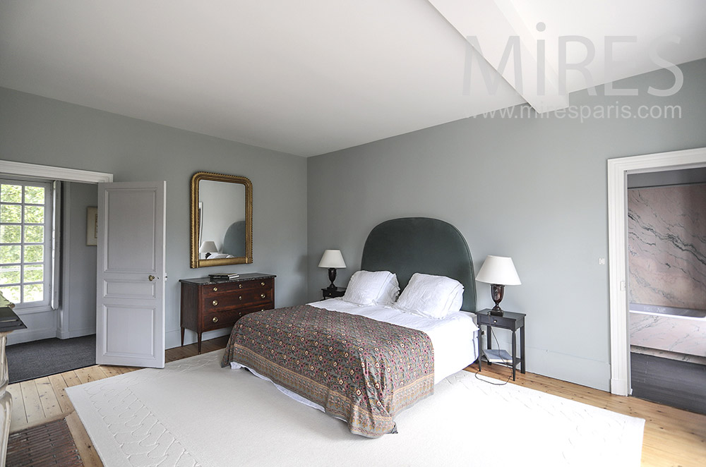 Gray bedroom with pink marble baths. C0053