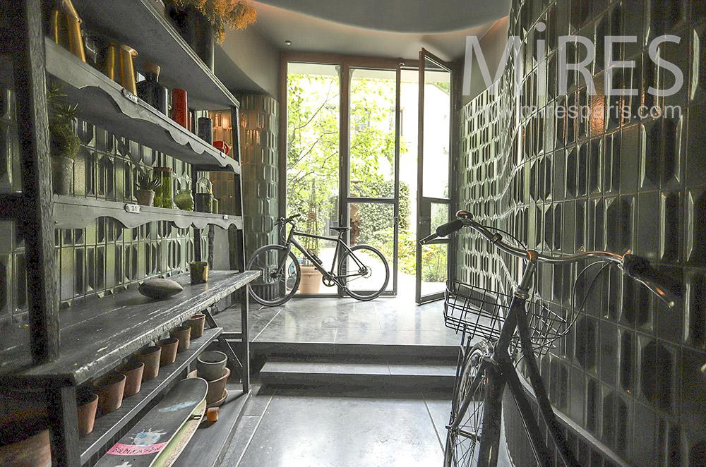 Entrée et vélos. C1836