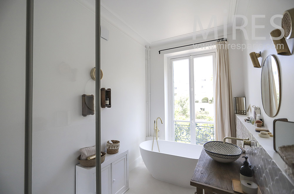 Oval bathtub. C1837