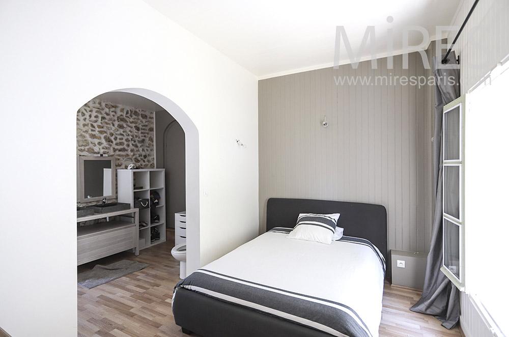 Chambre avec cabine de douche. C1839