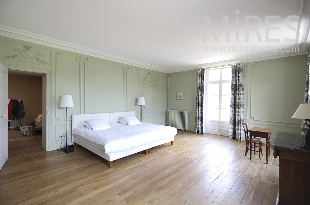 Large bedroom with parquet floors. C1842