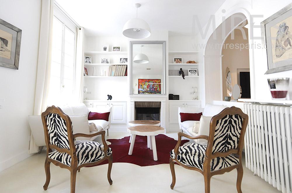 Salon blanc et fauteuils zèbres. C1846
