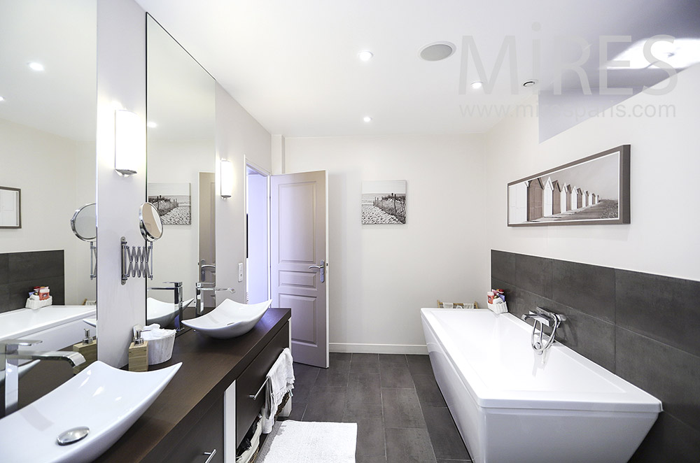Salle de bains moderne noire et blanche. C1856