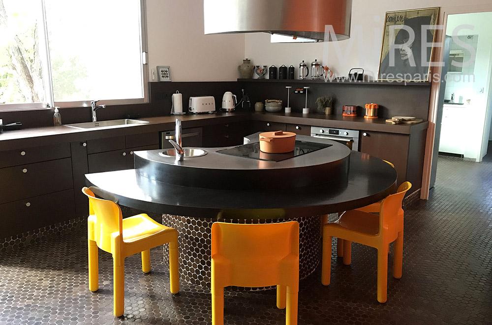 Black kitchen, round central island. C1873
