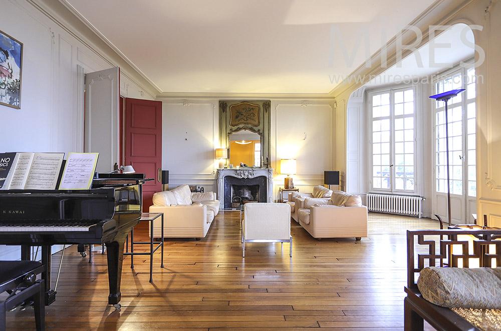 Salon blanc et piano noir. C1880