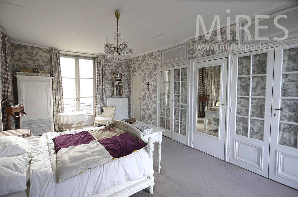 Large classic bedroom with wallpaper. C0338