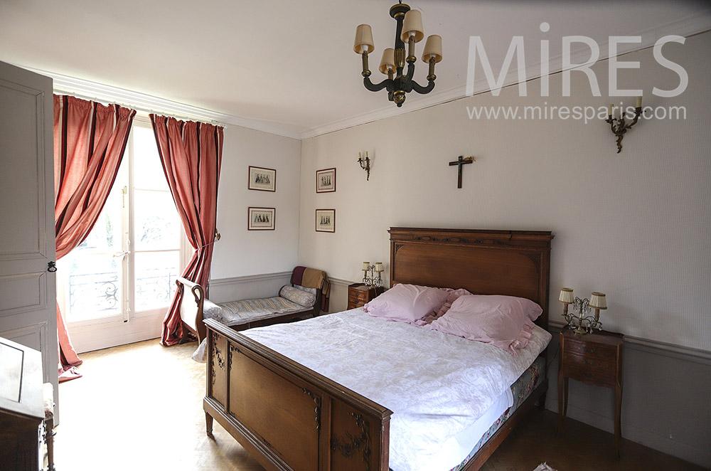 Classic white bedroom. C0338