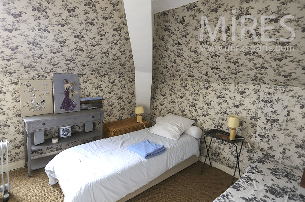 Small rooms with wallpaper. C0338