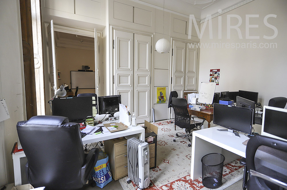 Bureau et boiseries blanches. C1891