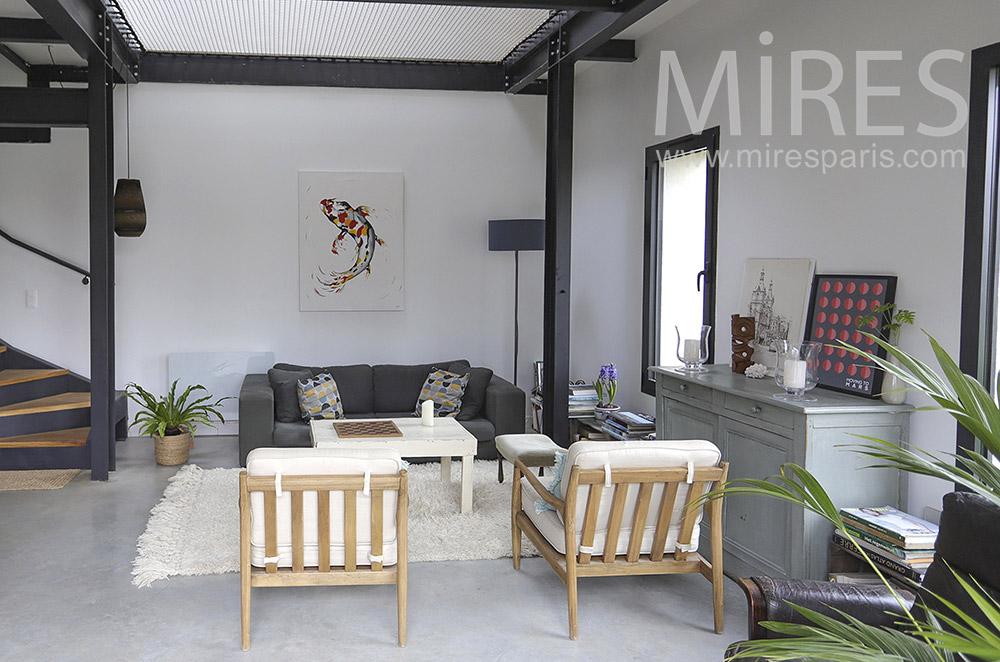 Salon simple dans grand pièce à vivre. C1892