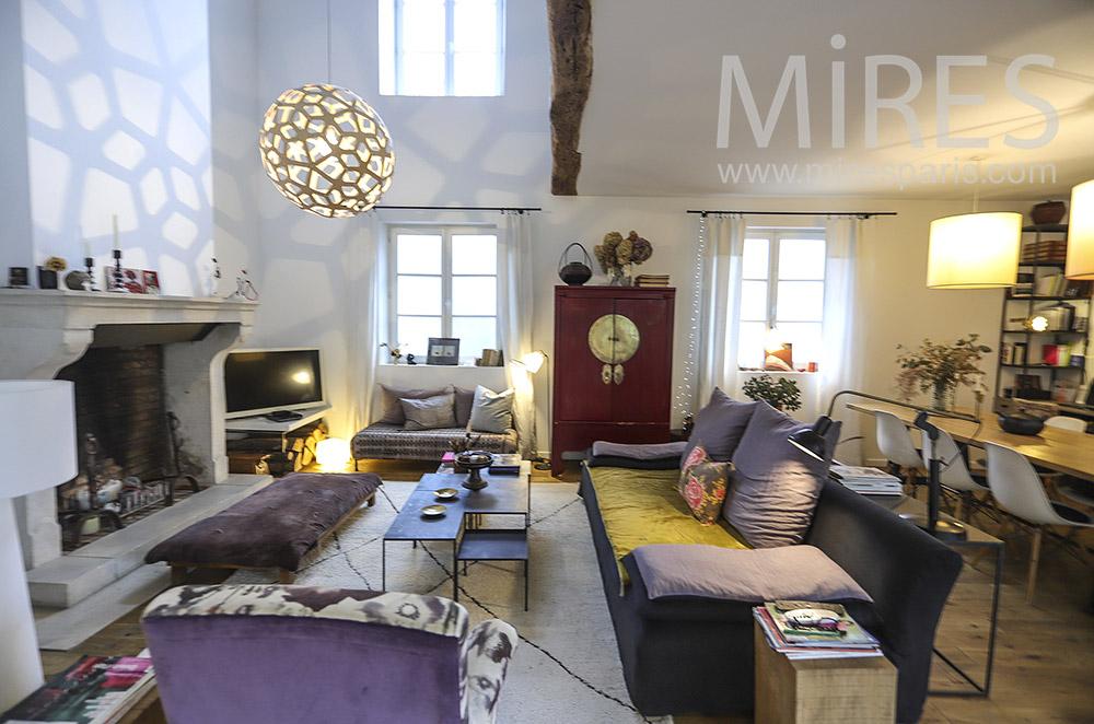 Salon confortable et ancienne cheminée. C1894