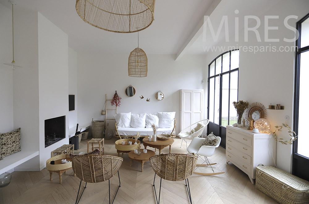 Beau salon blanc nature et cheminée moderne. C1895