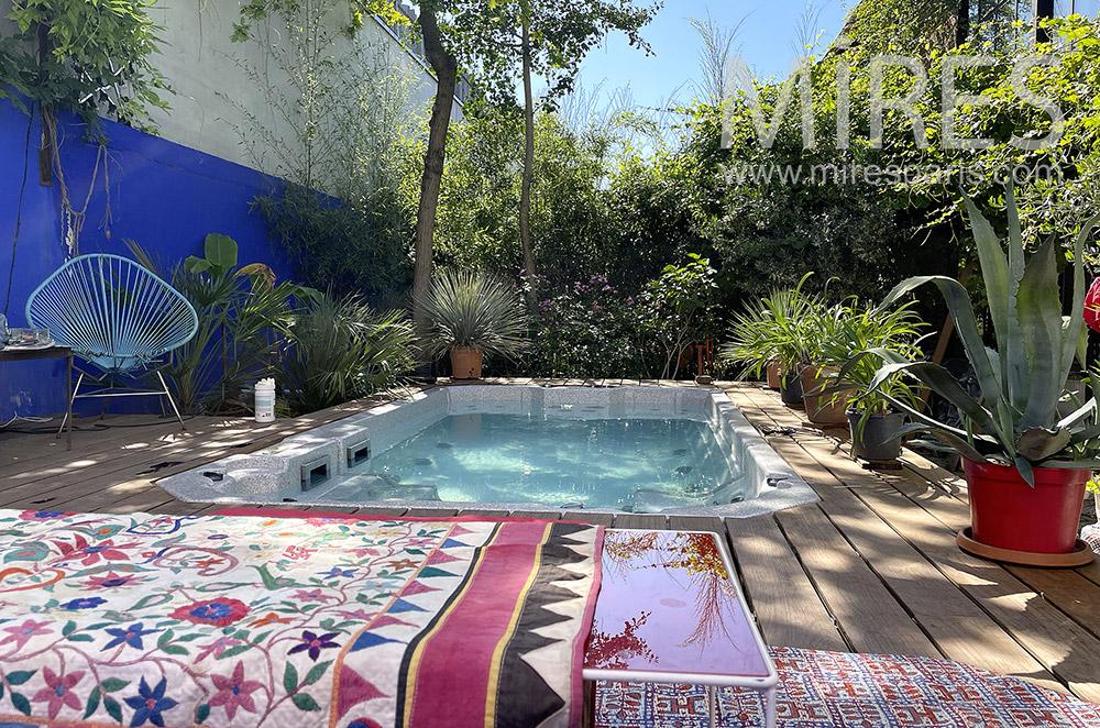 Petite piscine et jardin. C1241