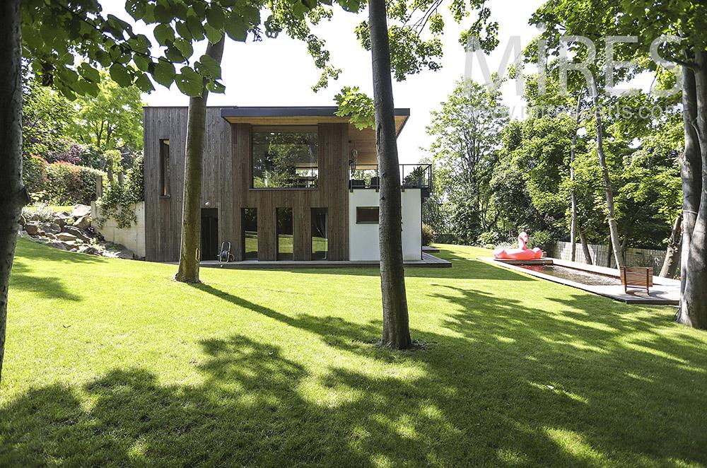 Jardin avec pelouse et beaux arbres. C1929
