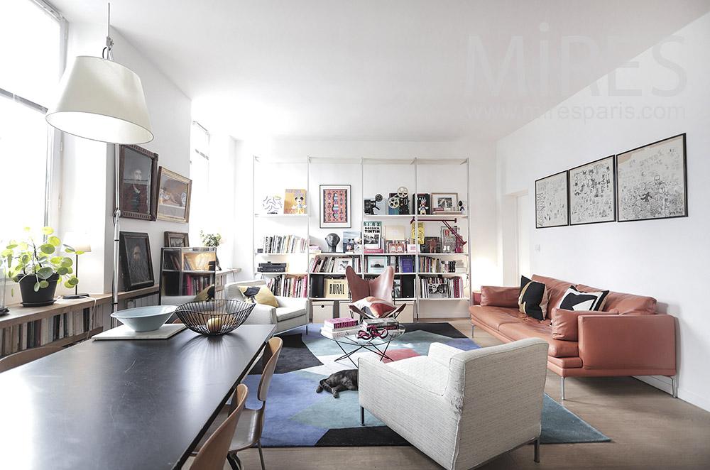 Grande pièce à vivre, salon coloré. C1942