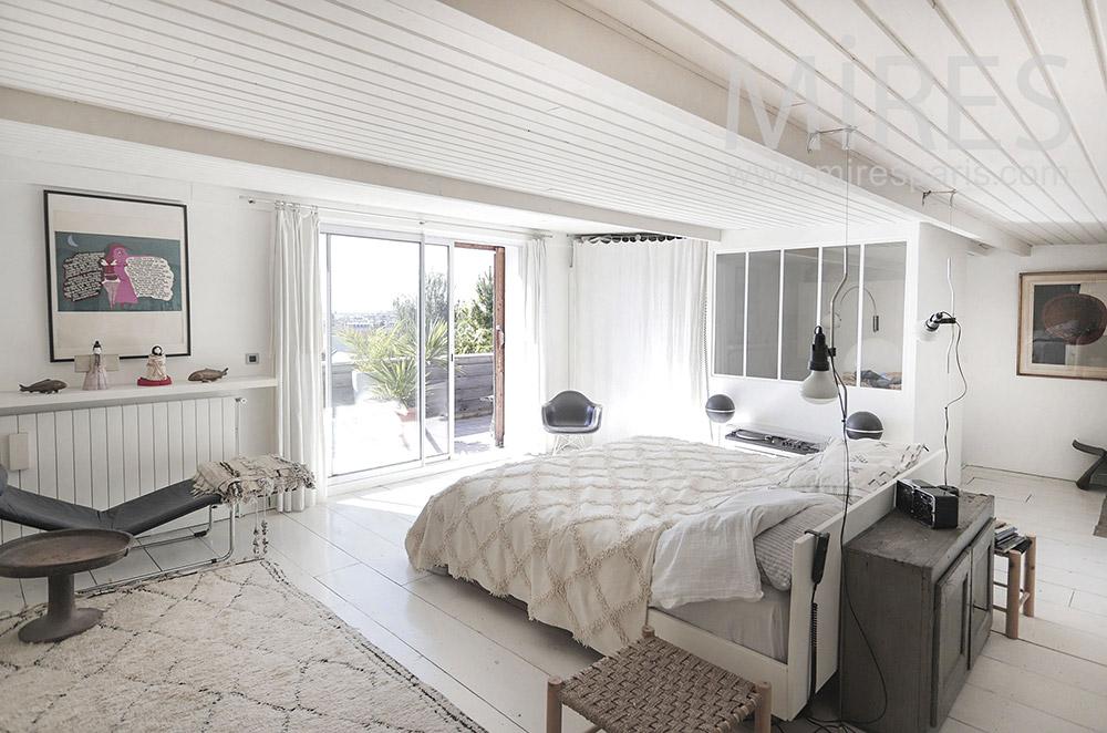 Grande chambre blanche avec balcon. C1945