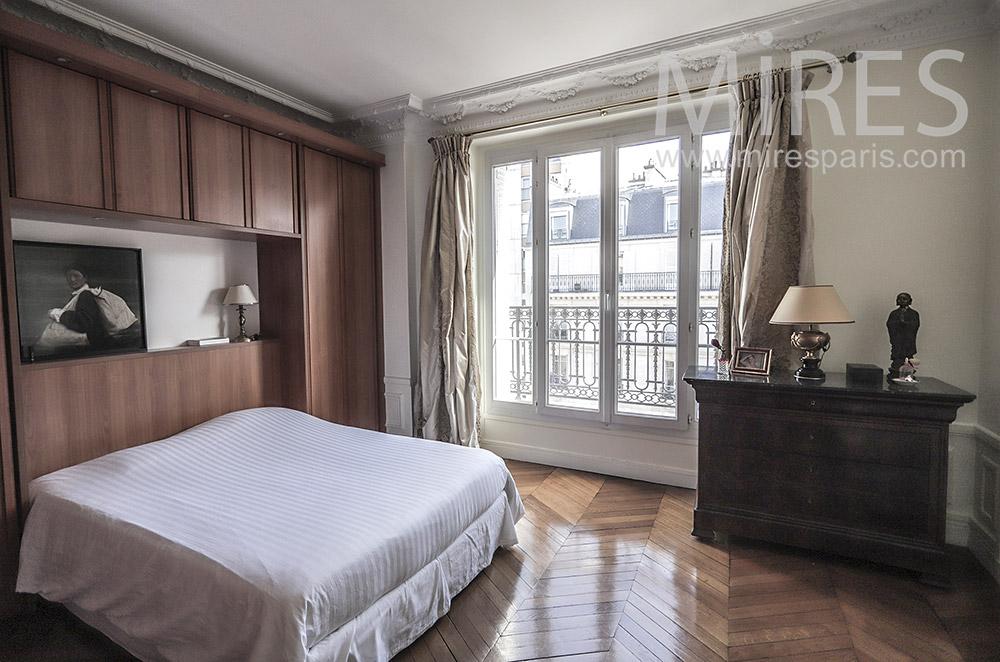 Chambre avec rangements en bois  intégrés. C1946